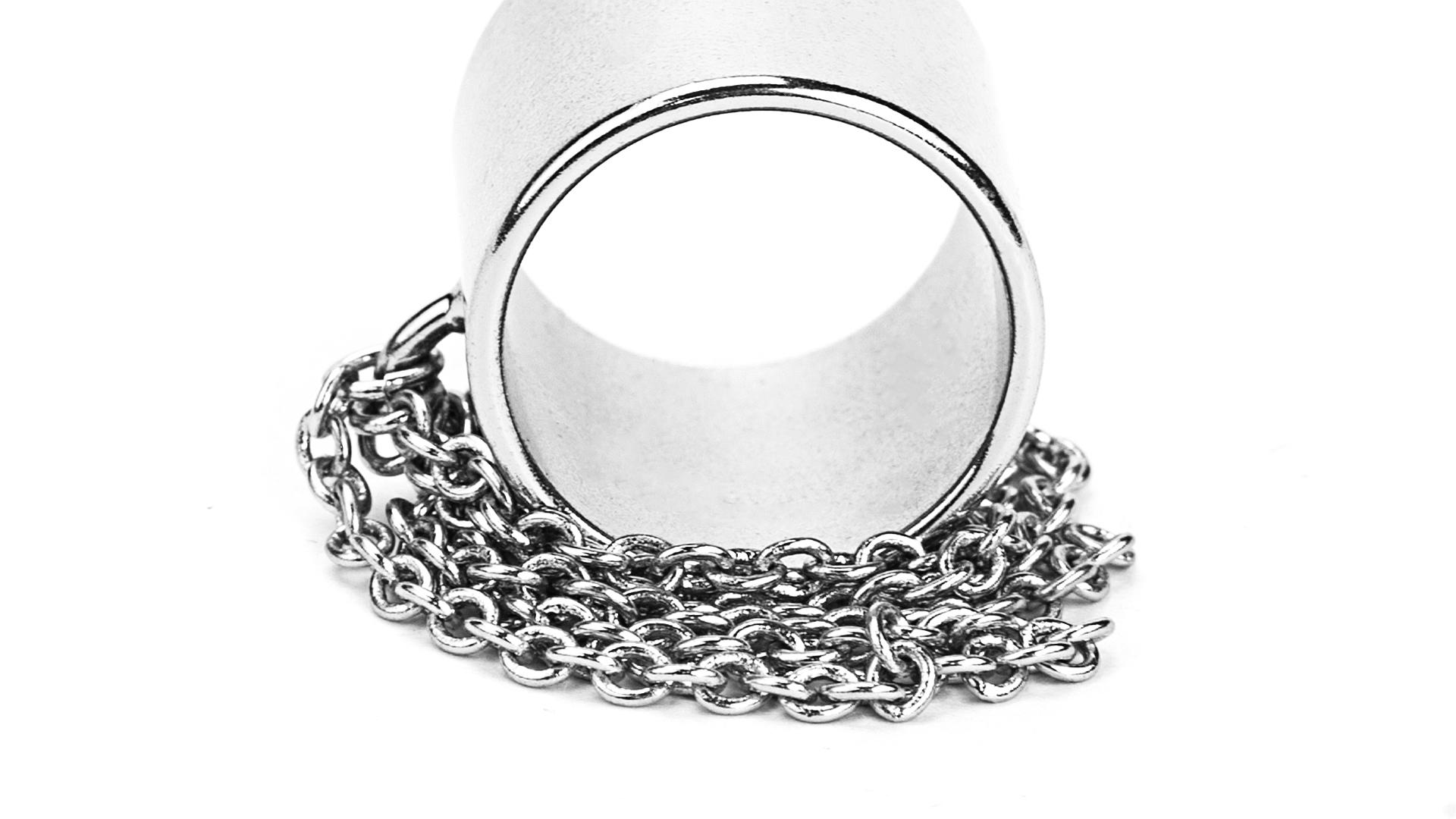 银色金属戒指